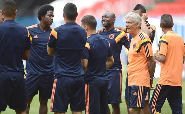 El entrenador de la selección Colombia José Pékerman dirige el entrenamiento. Foto: EFE