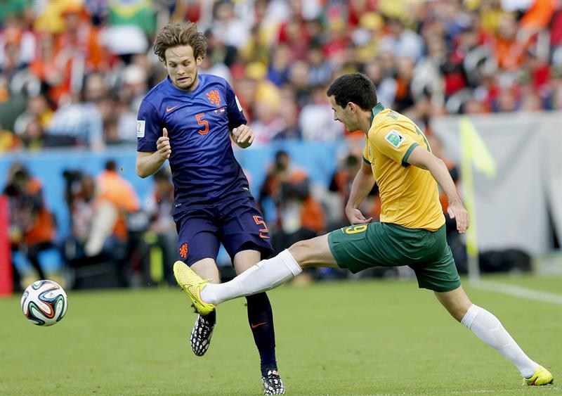 Daley Blind (L) of the Netherlands vies with Ryan McGowan of Australia during the FIFA World Cup 2014 group B. EFE