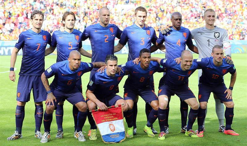 Dutch team pose prior the FIFA World Cup 2014 group B preliminary round match between Australia and the Netherlands. EFE