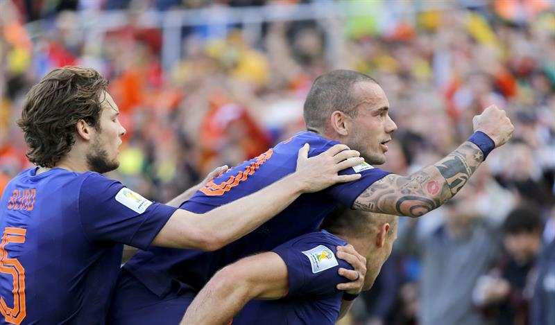 Arjen Robben of the Netherlands celebrates with teammate Wesley Sneijder (up) and Daley Blind (L) . EFE