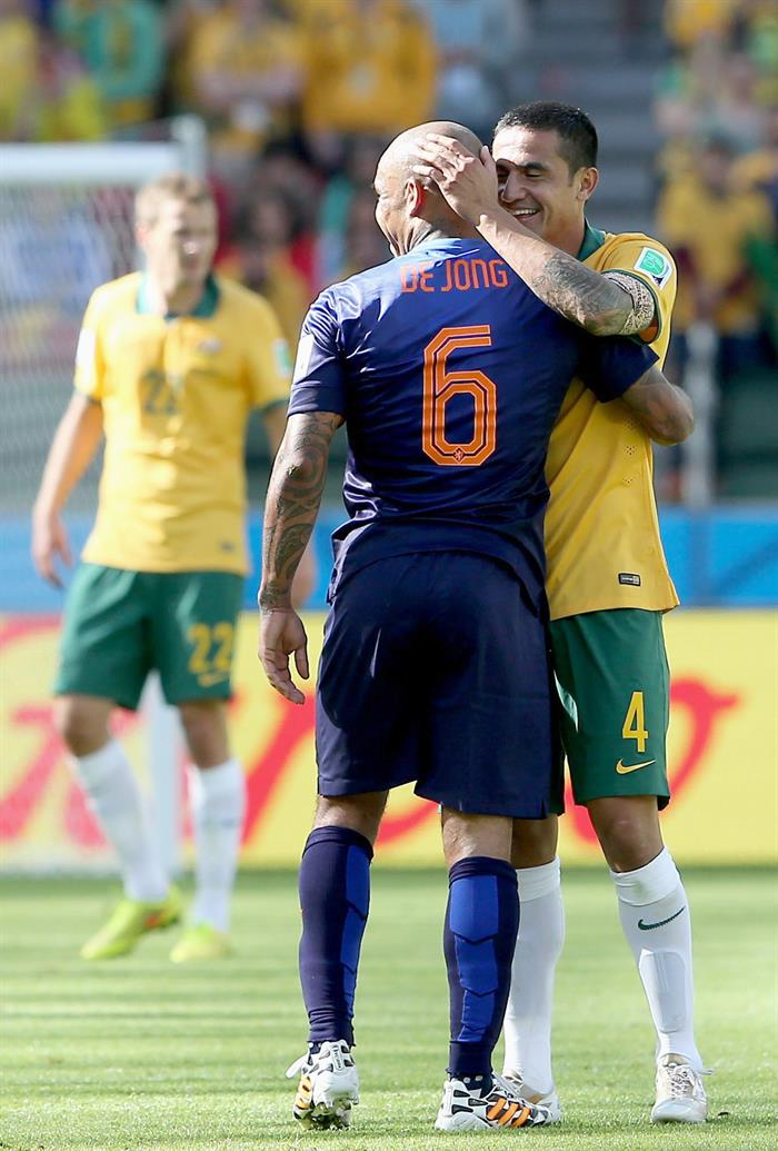 Nigel de Jong (C) of the Netherlands hugs Tim Cahill of Australia during the FIFA World Cup 2014 group B. EFE