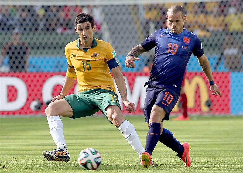 Wesley Sneijder of the Netherlands and Mile Jedinak of Australia in action during the FIFA World Cup 2014 group B. EFE