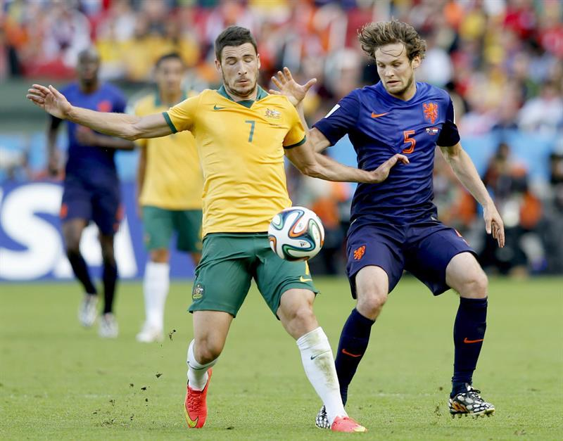 Daley Blind (R) of the Netherlands vies with Mathew Leckie of Australia in action during the FIFA World Cup 2014 group B. EFE