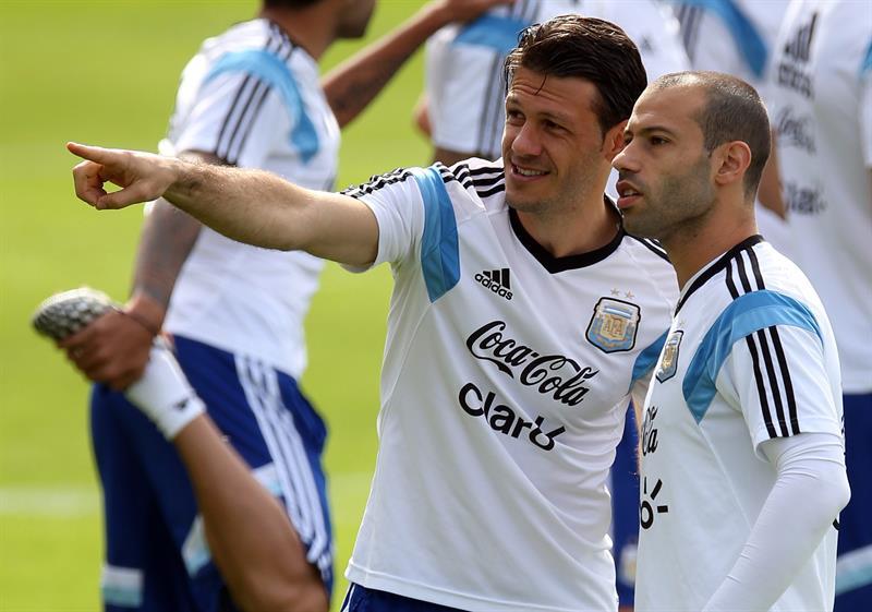 Martín Demichelis (2-d) y Javier Mascherano (d) de la selección argentina de.fútbol. EFE