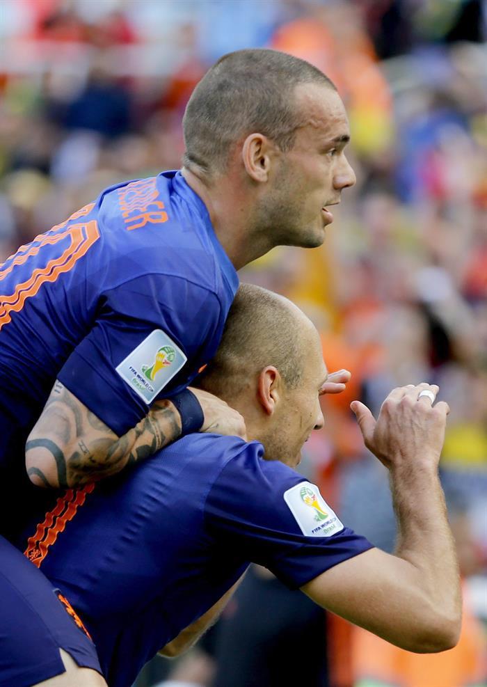 Arjen Robben of the Netherlands celebrates with teammate Wesley Sneijder of the Netherlands (up). Foto: EFE