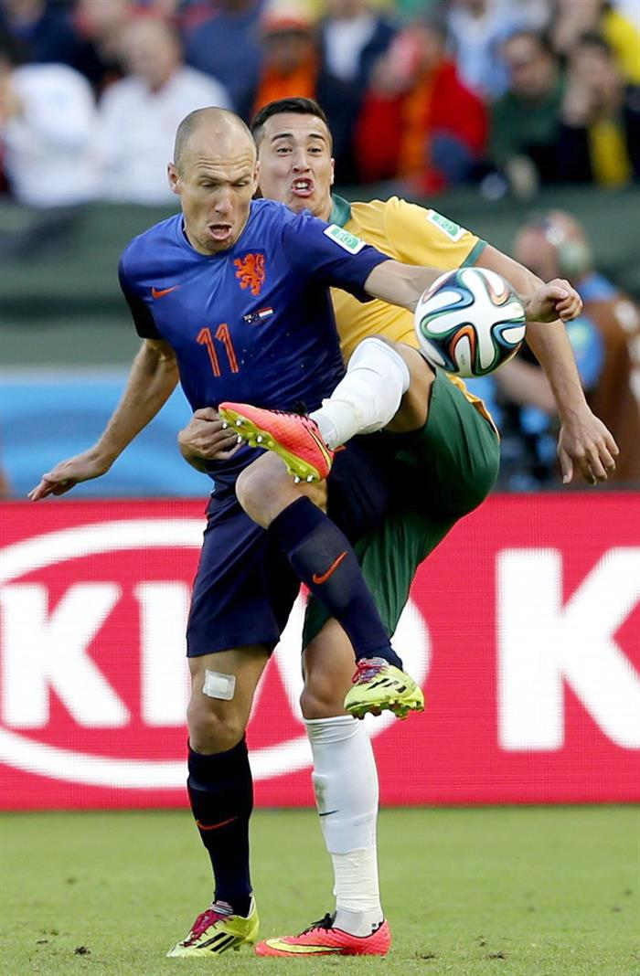 Arjen Robben (front) of the Netherlands in action during the FIFA World Cup 2014 group B preliminary round match between Australia and the Netherlands. EFE
