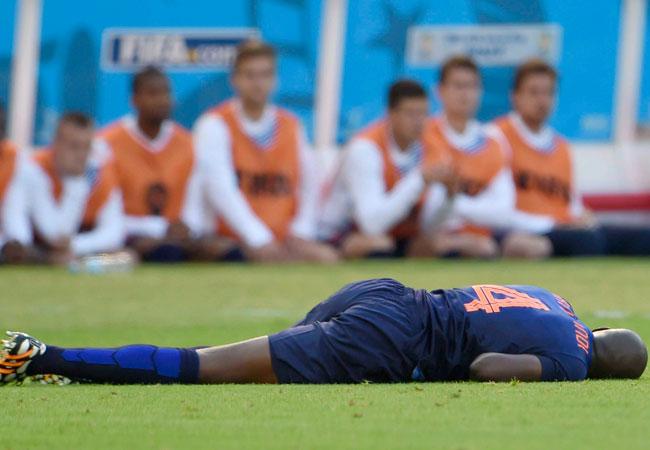 El jugador de Holanda Bruno Martins Indi, tras un fuerte golpe en el encuentro contra la selección de Australia, en el partido disputado este miércoles 18 en Porto Alegre. Foto: EFE