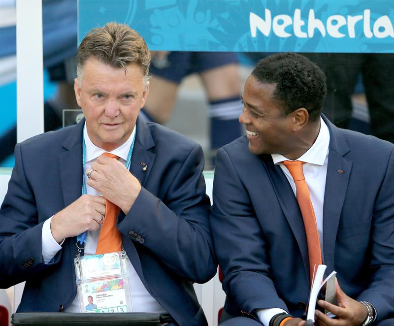 Dutch coach Louis van Gaal (L) prior during the FIFA World Cup 2014 group B preliminary round match between Australia and the Netherland. EFE