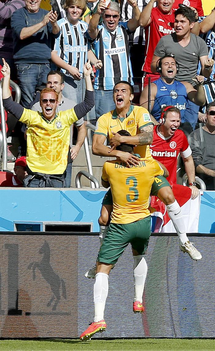 Tim Cahill (up) of Australia celebrates after scoring the equalizer during the FIFA World Cup 2014 group B. EFE