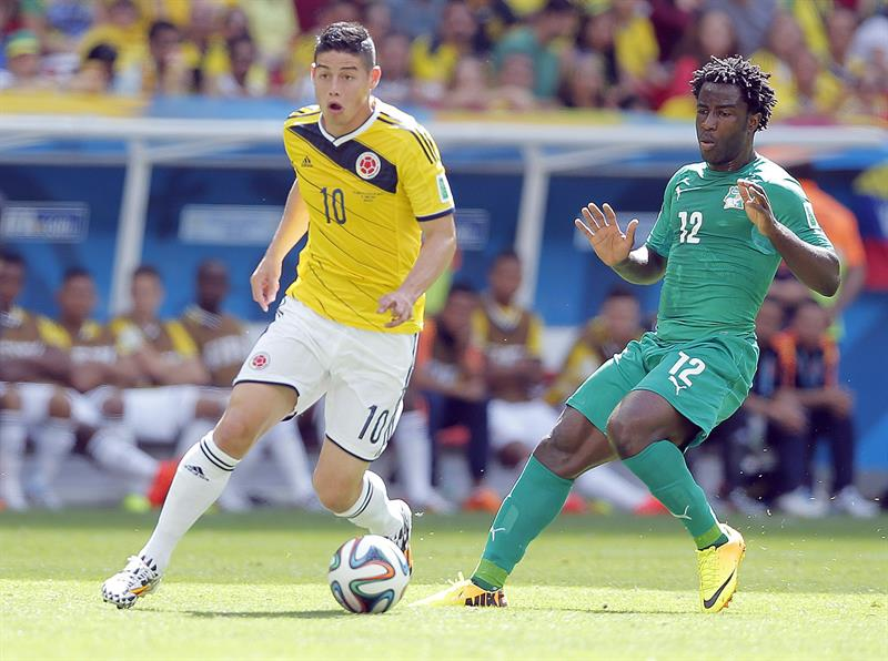 James Rodriguez of Colombia (L) and Wilfried Bony of Ivory Coast in action during the FIFA World Cup 2014 group C. EFE