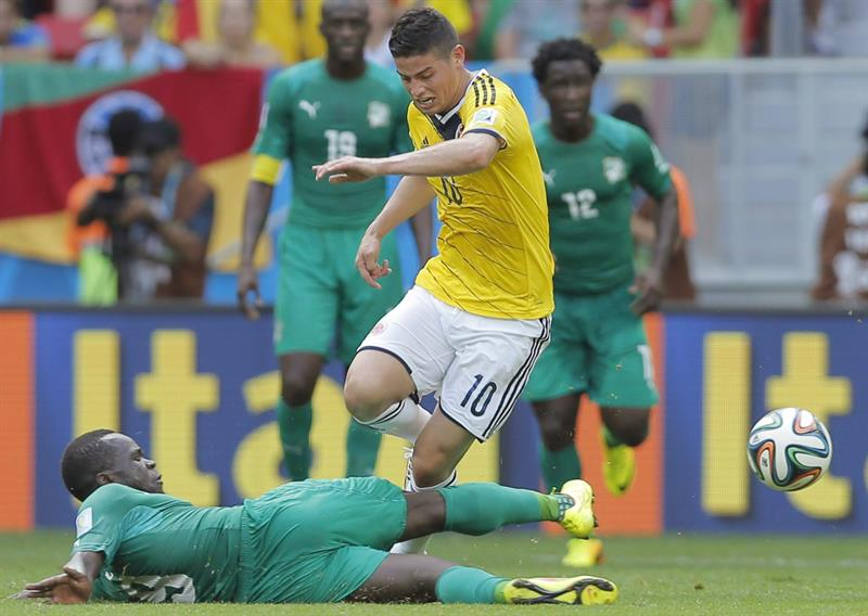 Ivory Coast's Ismael Tiote (L) and Colombia's James Rodriguez (R) vie for the ball during the FIFA World Cup 2014 group C. EFE