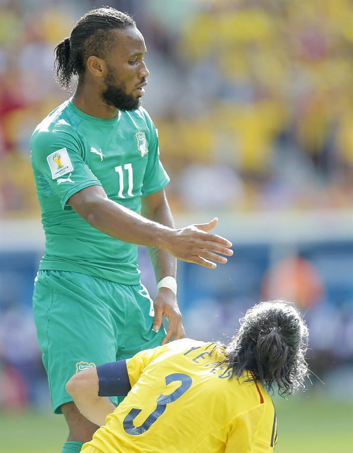 Didier Drogba of Ivory Coast (L) reacts with Mario Yepes of Colombia during the FIFA World Cup 2014 group C. EFE