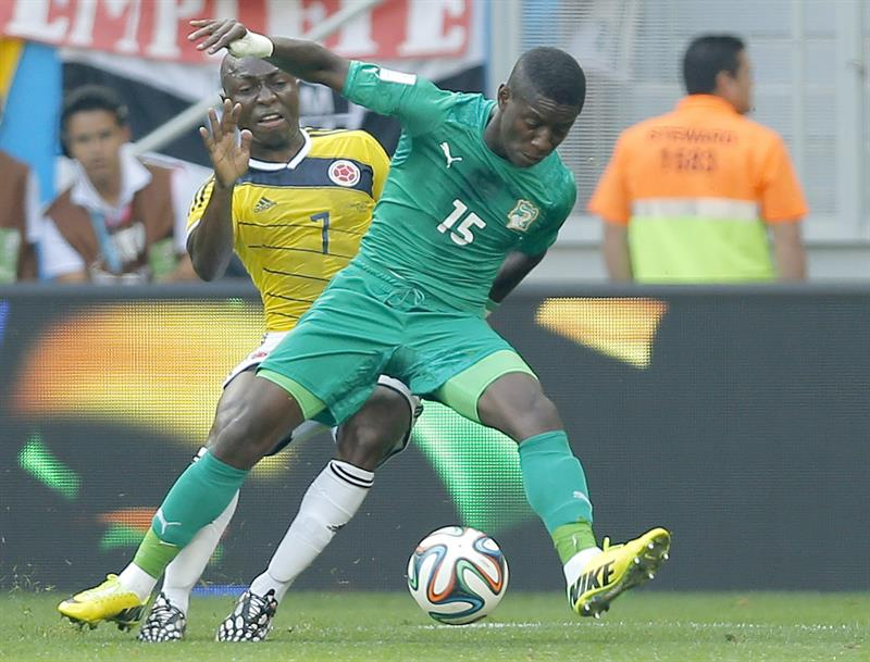 Pablo Armero of Colombia (L) and Max Gradel of Ivory Coast in action during the FIFA World Cup 2014 group C. EFE