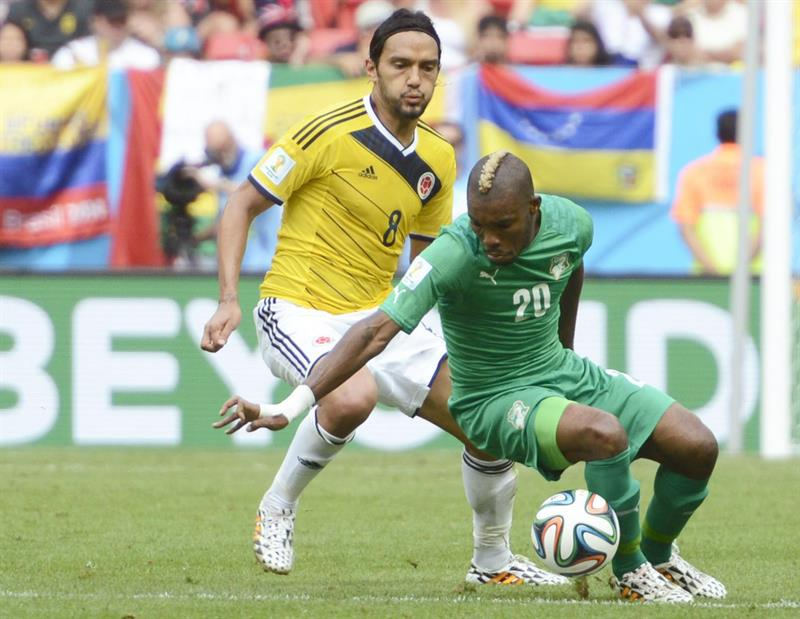 Colombia's Abel Aguilar (L) and Ivory Coast's Die Serey (R) vie for the ball during the FIFA World Cup 2014 group C. EFE
