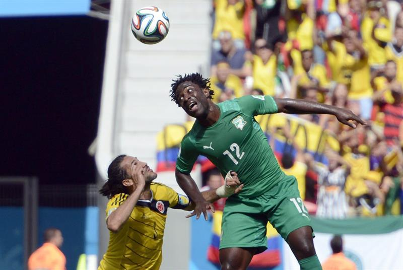 Colombia's Mario Yepes (L) and Ivory Coast's Wilfired Bony (R) vie for the ball during the FIFA World Cup 2014 group C. EFE
