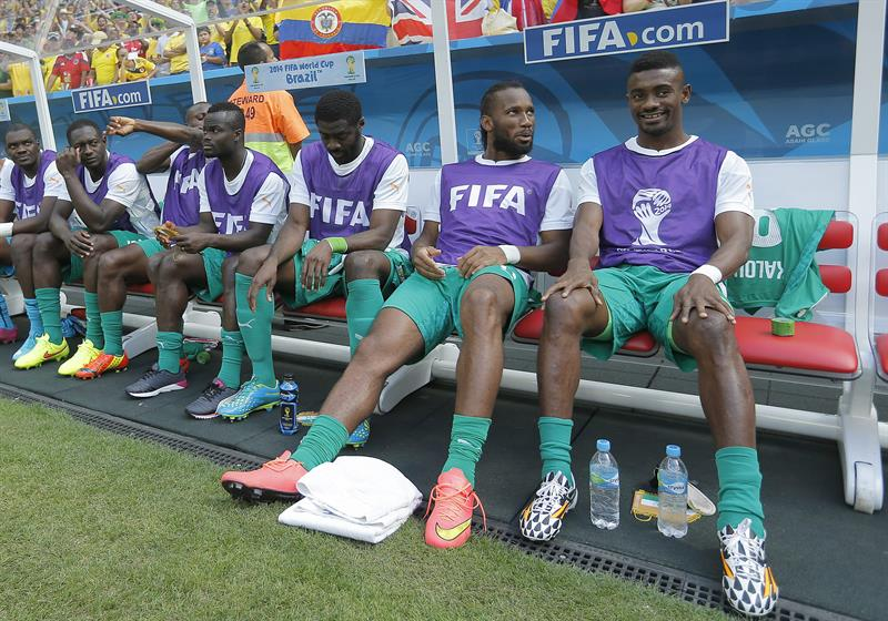 (R-L) Salomon Kalou, Didier Drogba and Kolo Toure sitting in the bench of Ivory Coast during the FIFA World Cup 2014 group C. EFE
