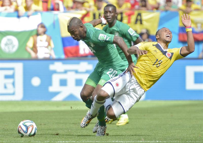 Ivory Coast's Die Serey (L) and Colombia's Juan Zuniga (R) vie for the ball on the pitch during FIFA World Cup 2014. EFE