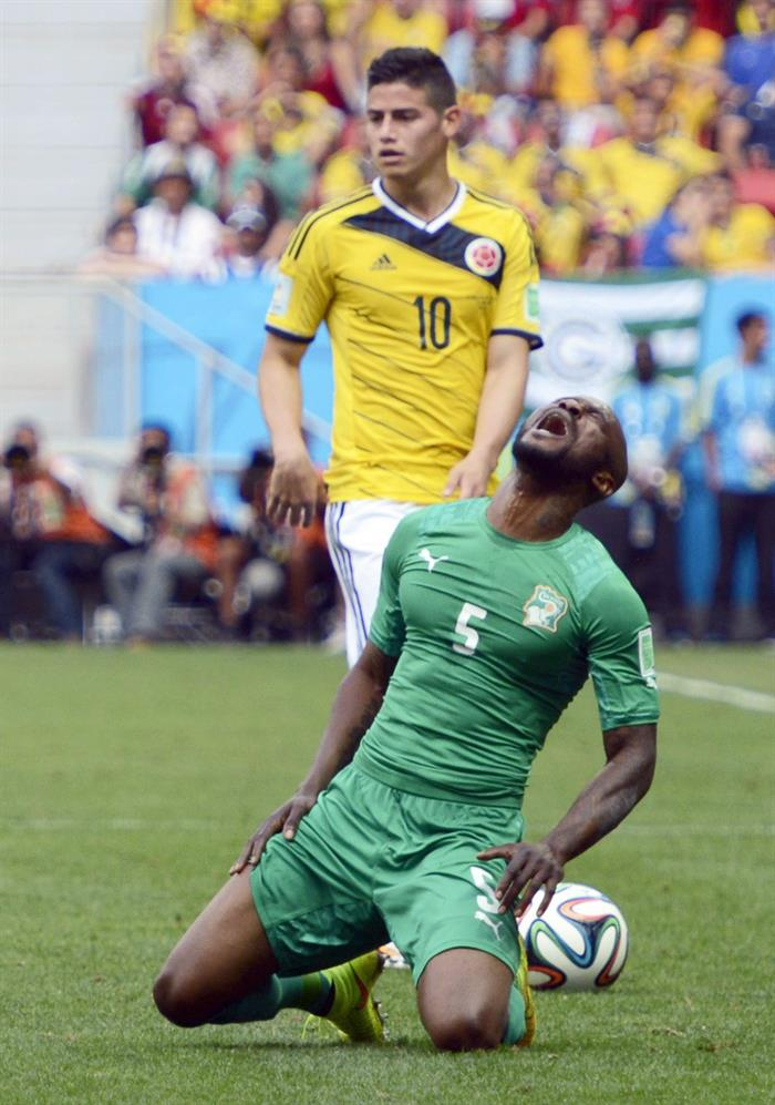 Colombia's James Rodriguez (L) and Ivory Coast's Didier Zokora (R) vie for the ball during the FIFA World Cup 2014 group C. EFE
