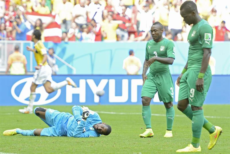 vory Coast's goalekeeper Boubacar Barry (L-R), Arthur Boka, and Ismael Tiote react dejected after receiving the 2-0 goal during the FIFA World Cup 2014 group C. EFE