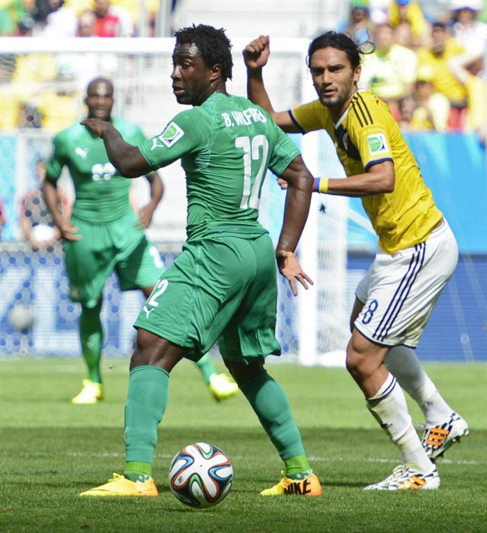 Colombia's Abel Aguilar (R) and Ivory Coast's Wilfried Bony (L) vie for the ball during the FIFA World Cup 2014 group C. EFE