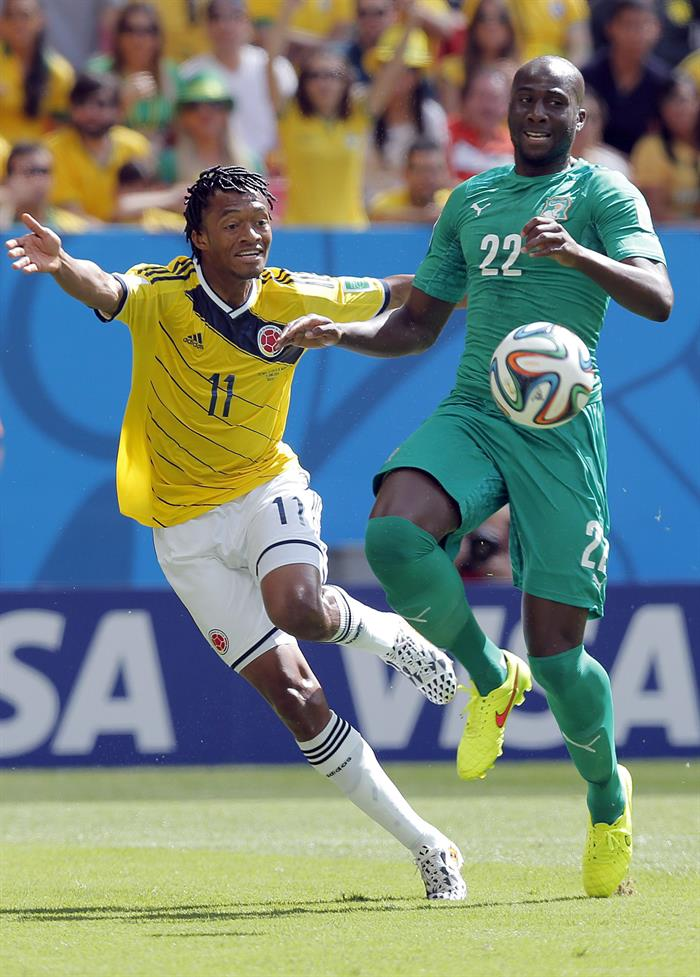 Juan Cuadrado of Colombia (L) and Souleymane Bamba of Ivory Coast in action during the FIFA World Cup 2014 group C. EFE