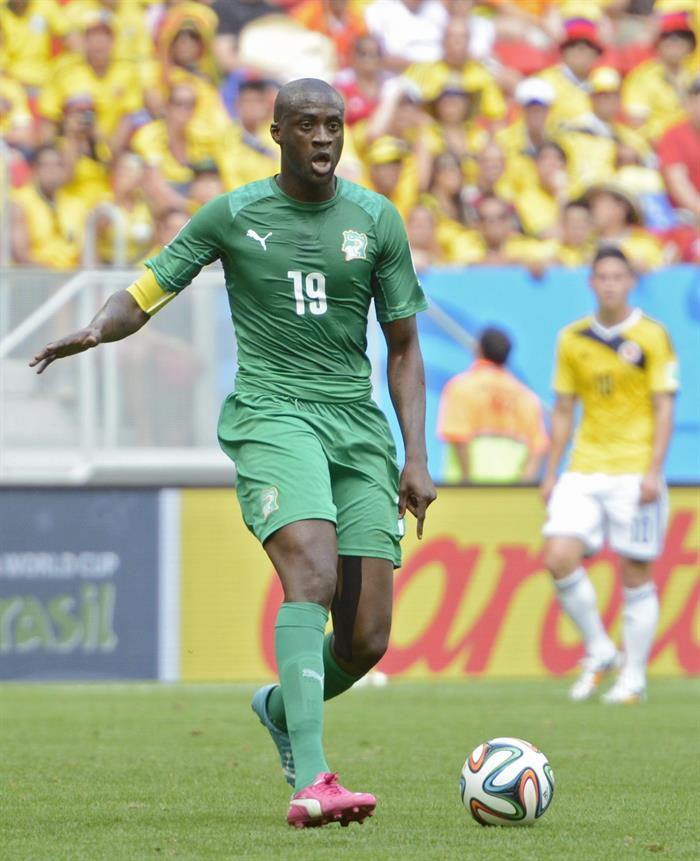 Ivory Coast's Yaya Toure controls the ball during the FIFA World Cup 2014 group C. EFE