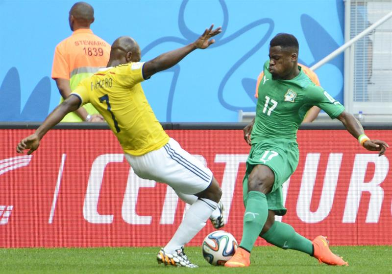 Colombia's Pablo Almero (L) Mand Ivory Coast's Serge Aurier (R) vie for the ball during the FIFA World Cup 2014 group C. EFE