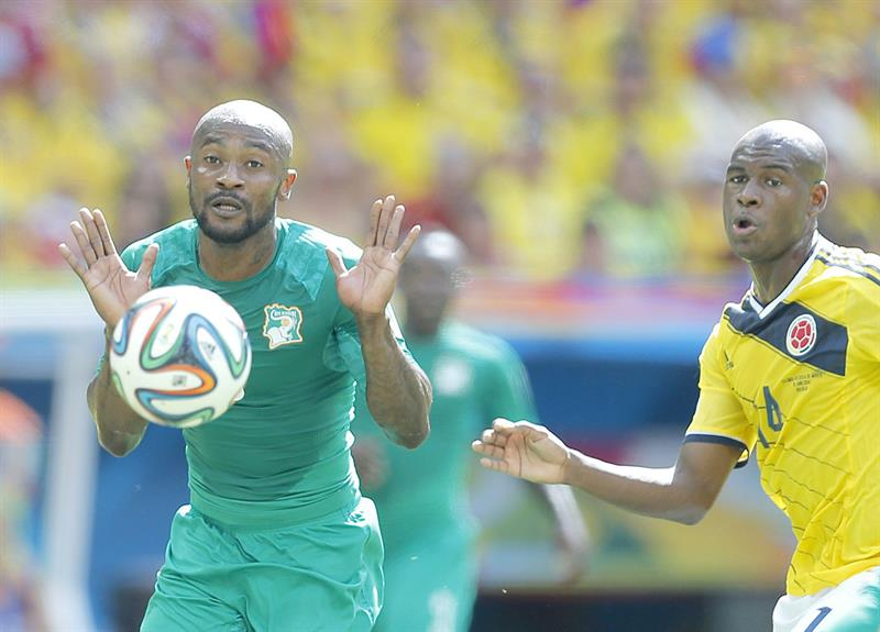 Didier Zokora of Ivory Coast (L) and Victor Ibarbo of Colombia in action during the FIFA World Cup 2014 group C. EFE