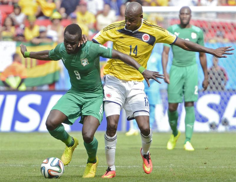Ivory Coast's Ismael Tiote (L) and Colombia's Victor Ibarbo (R) vie for the ball during the FIFA World Cup 2014 group C. EFE
