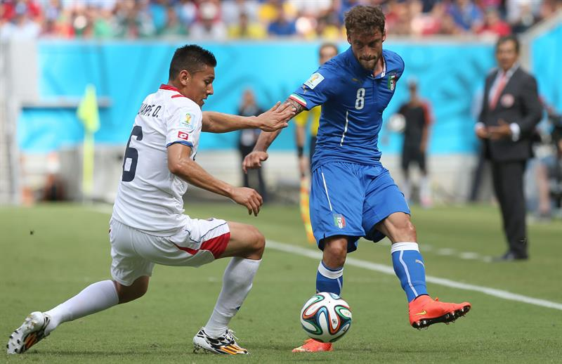 Italy's Claudio Marchisio (R) and Coasta Rica's Oscar Duarte (L) vie for the ball during the FIFA World Cup 2014 group D. EFE