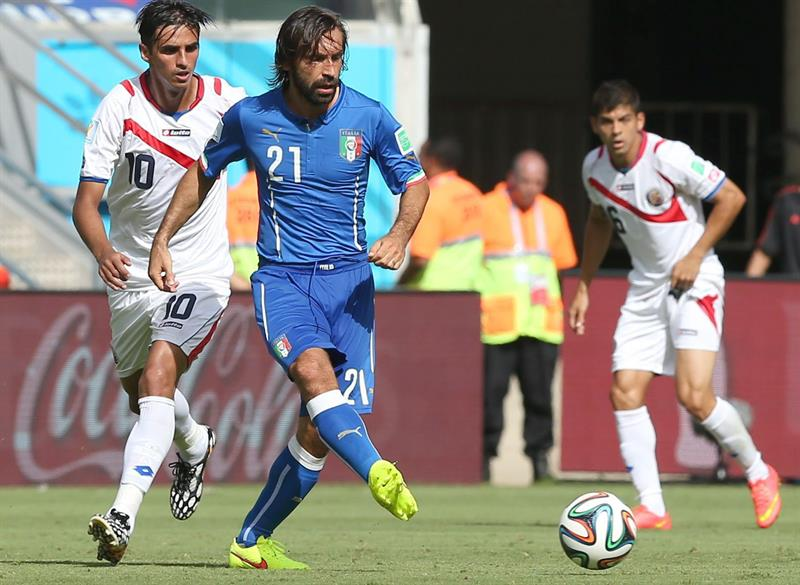 Italy's Andrea Pirlo (C) controls the ball during the FIFA World Cup 2014 group D preliminary round match between Italy and Costa Rica. EFE