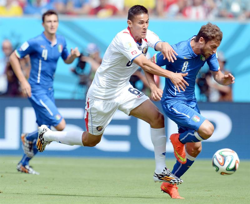 Italy's midfielder Claudio Marchisio (R) vies for the ball with Costa Ricas's defender Oscar Duarte during the FIFA World Cup 2014 group D. EFE