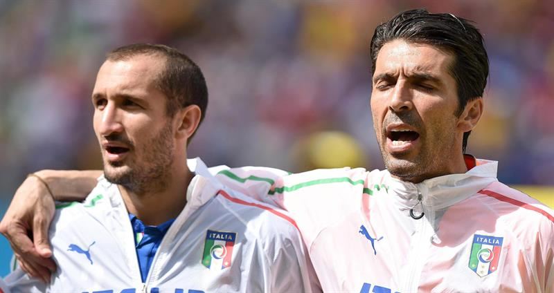 Italy's players Giorgio Chiellini (L) and Gianluigi Buffon sing the national anthem during the FIFA World Cup 2014 group D. EFE
