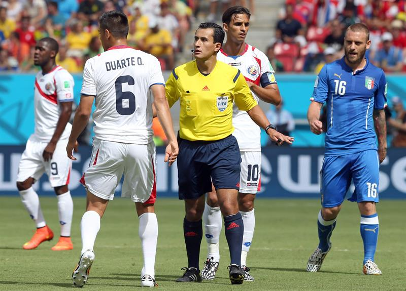 Chilean referee Enrique Osses (C) has a word with Costa Rica's Oscar Duarte (L) as Italy's Daniele de Rossi (R). EFE