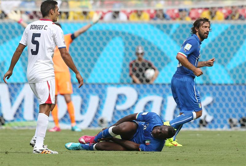 Italy's Mario Balotelli (C) lies on the pitch during the FIFA World Cup 2014 group D preliminary round match between Italy and Costa Rica. EFE