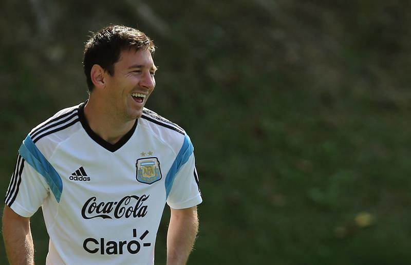 El jugador de la selección argentina Lionel Messi sonríe durante el entrenamientyo. Foto: EFE