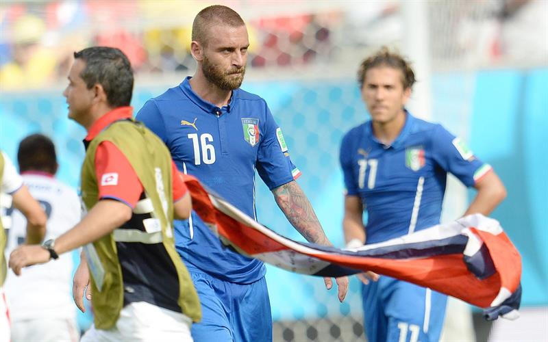 Italy's midfielder Daniele De Rossi shows his dejection at the end of the FIFA World Cup 2014 group D. EFE