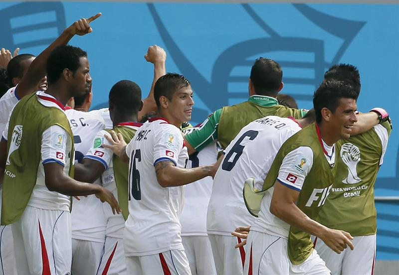Costa Rica players celebrate after Bryan Ruiz scored the 1-0 against Italy during the FIFA World Cup 2014 group D. EFE