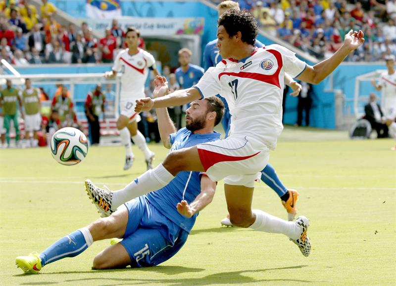 Yeltsin Tejeda of Costa Rica (R) and Andrea Barzagli of Italy in action the FIFA World Cup 2014 group D. EFE