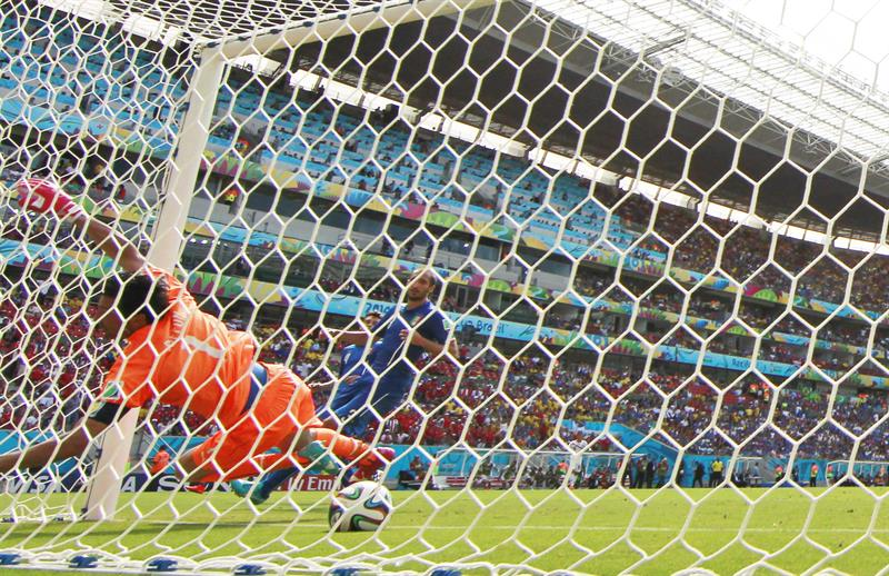 Goalkeeper Gianluigi Buffon of Italy is beaten as Costa Rica goes 1-0 up during the FIFA World Cup 2014 group D. EFE