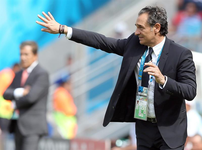 Italy's head coach Cesare Prandelli gestures during the FIFA World Cup 2014 group D. EFE