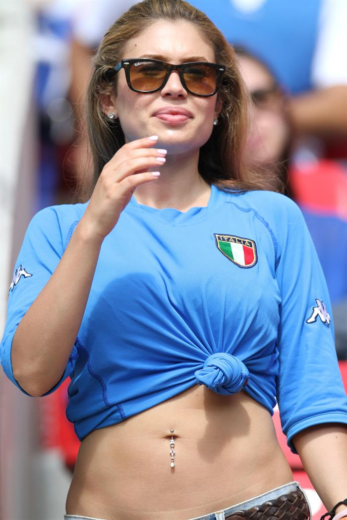 An Italy supporter cheers prior the FIFA World Cup 2014 group D. EFE