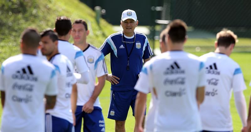 El técnico de la selección argentina, Alejandro Sabella, observa a sus jugadores. Foto: EFE
