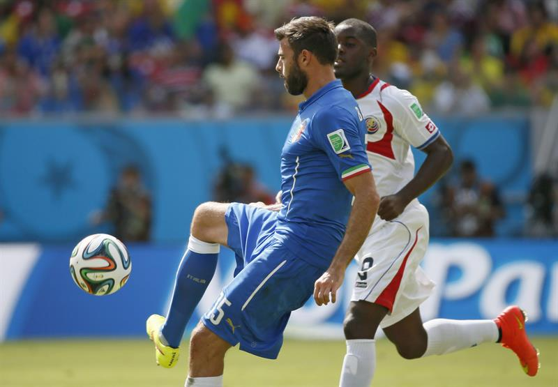 Italy's Andrea Barzagli (L) and Coasta Rica's Joel Campbell (L) vie for the ball during the FIFA World Cup 2014 group D. EFE