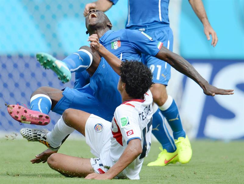 Italy's forward Mario Balotelli (L) vies for the ball with Costa Ricas's midfielder Yelstin Tejeda during the FIFA World Cup 2014 group D. EFE