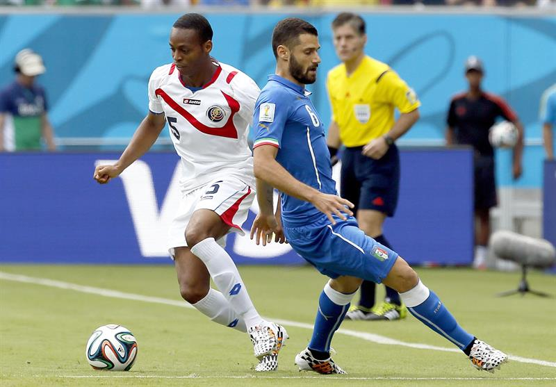 Celso Borges of Costa Rica (L) and Antonio Candreva of Italy in action the FIFA World Cup 2014 group D. EFE