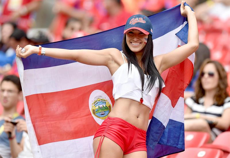 Supporter of Costa Rica cheers prior to the FIFA World Cup 2014 group D. EFE