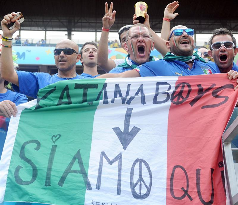 Supporters of Italy cheer prior to the FIFA World Cup 2014 group D. EFE