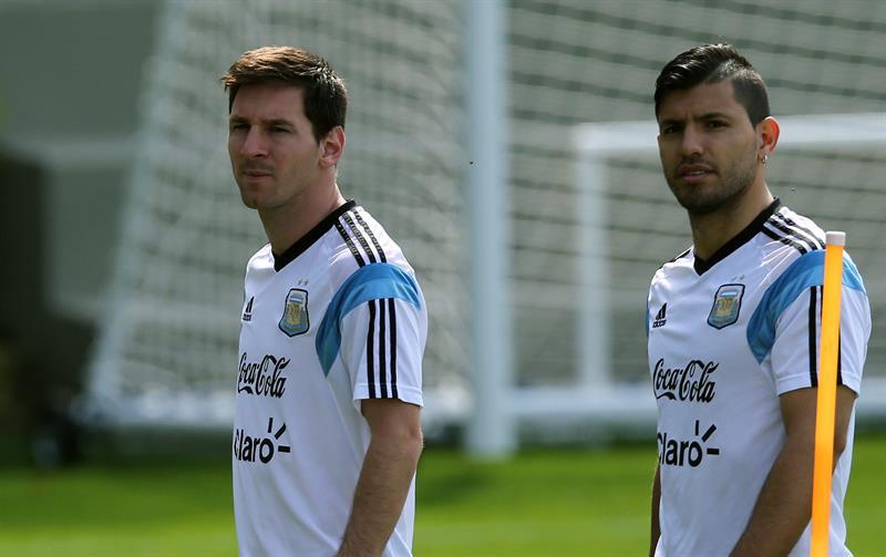 Los jugadores de la selección argentina, Sergio Agüero (d) y Lionel Messi (i). Foto: EFE