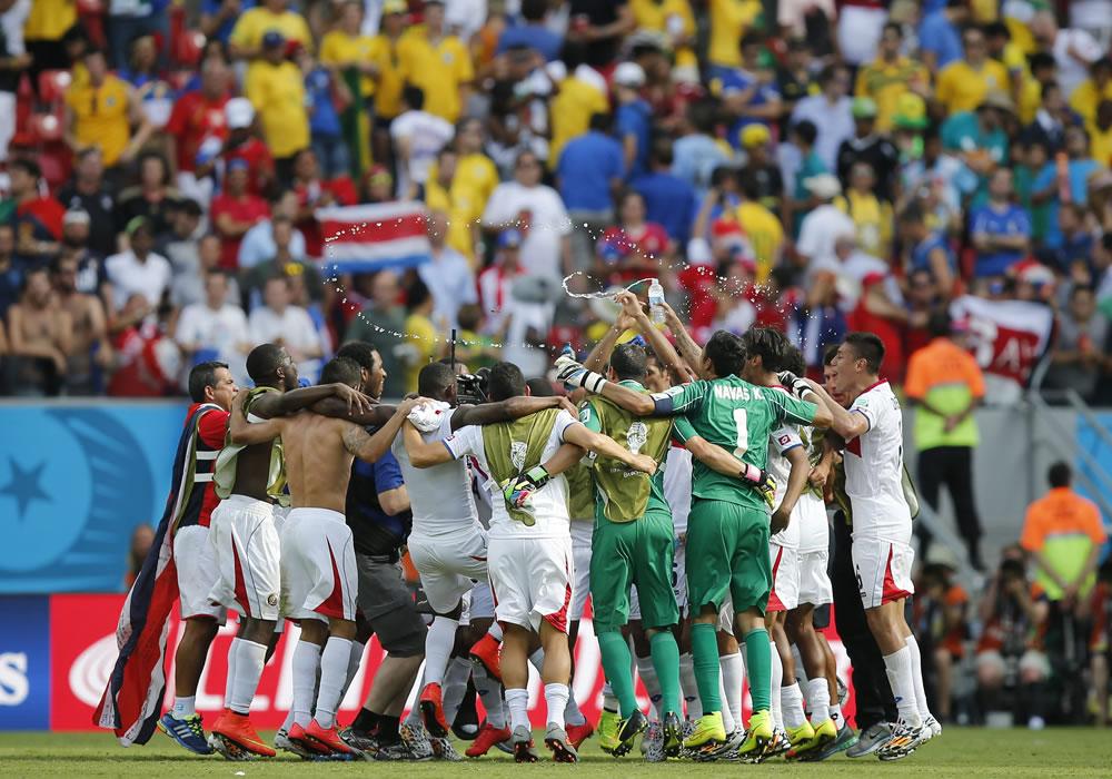Los jugadores de la selección costarricense celebran la victoria por 0-1 ante la selección italiana al término del partido. Foto: EFE